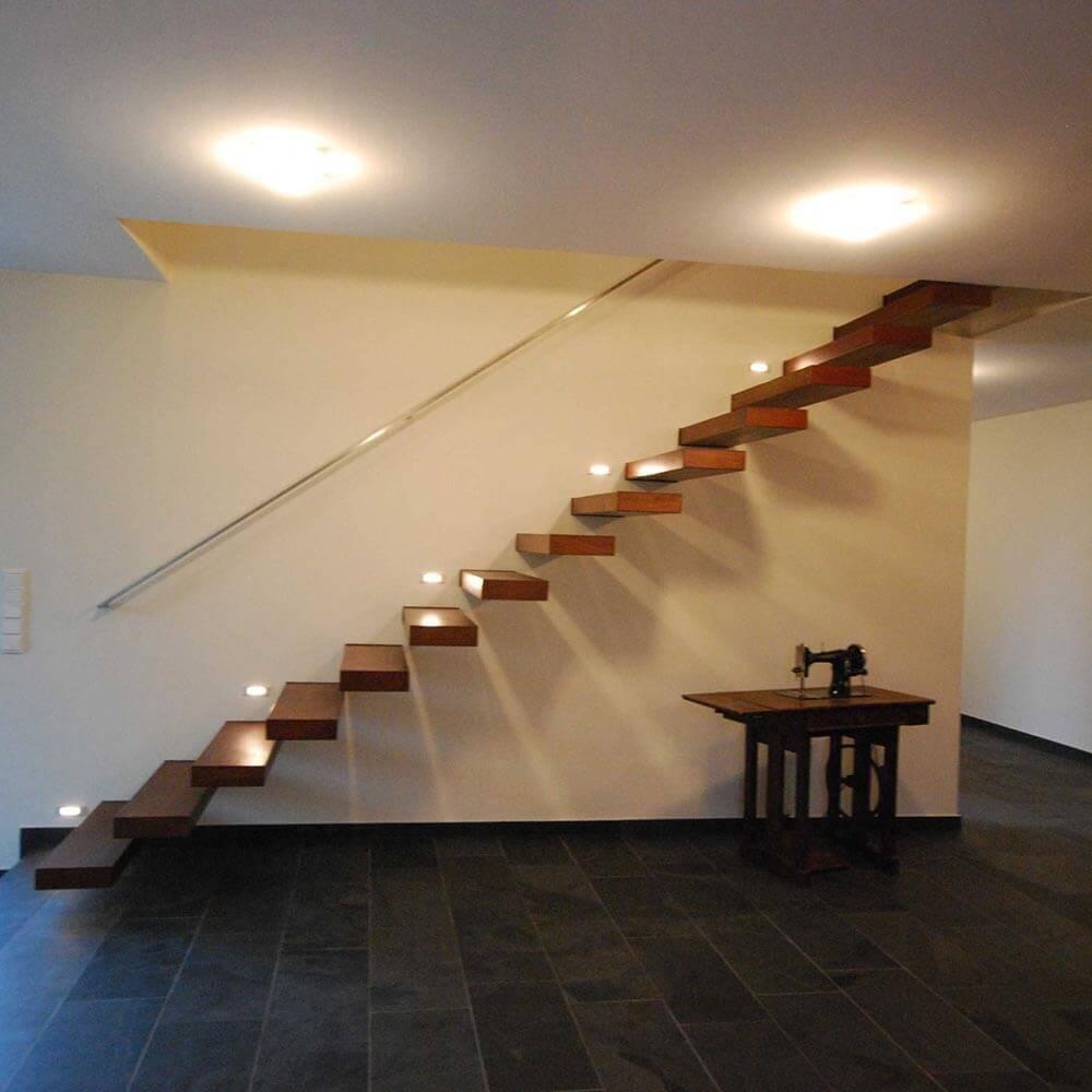 Die inszenierte Treppe führt ins Obergeschoss